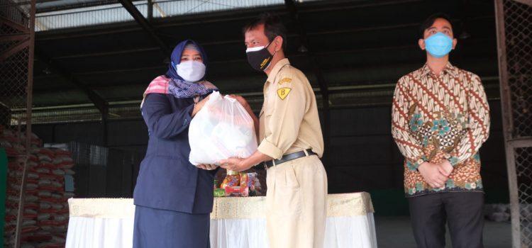 Pemerintah Kota Surakarta Menyalurkan Bantuan Sembako Kepada 31.070 Masyarakat Terdampak PPKM.